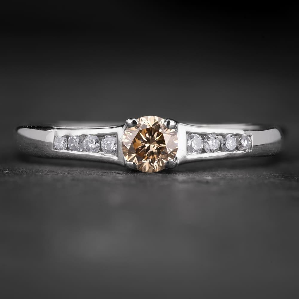 """Sužadėtuvių žiedas su Šampaniniu Deimantu """"Santūrumas 16"""""""